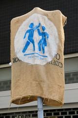 Altstadt für Alle - autofreie Zone im Hamburger Rathausviertel. Mit eienm Sack verhängte Verkehrsschild -  gedrucktes Motiv, tanzendes Paar.