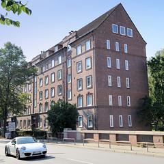 Bilder aus dem Hamburger Stadtteil Dulsberg - Bezirk Hamburg Nord. Mehrstöckige Wohnhaus mit Satteldach  - Architektur der 1930er Jahre in der Krausestraße  am Osterbekkanal.