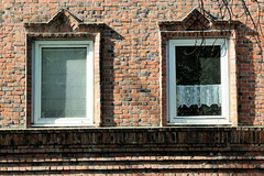 Bilder aus dem Hamburger Stadtteil Dulsberg - Bezirk Hamburg Nord. Backsteinfassade mit expressionistischem Ziegeldekor am Fenster.