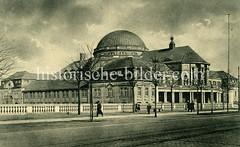 Historische Aufnahmen der Universität Hamburg im Stadtteil Rotherbaum. Blick über die Edmund Siemers Allee zum Vorlesungsgebäude.
