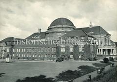 Historische Aufnahmen der Universität Hamburg im Stadtteil Rotherbaum. Seitenansicht des Vorlesungsgebäudes.