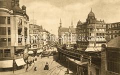 Altes Foto vom Rödingsmarkt, Alter Wall im Hamburgr Stadtteil Altstadt. Rechts ein Ausschnitt von der Hochbahn Haltestelle Baumwall, ein Zug fährt auf dem Viadukt Richtung Rathausmarkt, dahinter das Fernmeldeamt Ecke Mönkedamm.