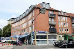 Fotos aus dem Hamburger Stadtteil Dulsberg - Bezirk Hamburg Nord. Wohnhaus mit Geschäften, leicht konkave Hausfront - Baustil der 1960er Jahre.