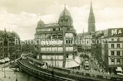Alte Fotografie vom Hochbahnviadukt am Rödingsmarkt in der Hamburger Altstadt. Zwei Hochbahnzüge fahren auf dem Viadukt über dem Mönkedammfleet, Rechts Straßenbahnen im Großen Burstah und der Kirchturm der Sankt Nikolaikirche.