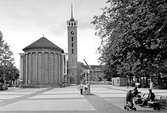 Fotos aus dem Hamburger Stadtteil Dulsberg - Bezirk Hamburg Nord. Frohbotschaftskirche am Straßburger Platz.