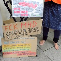 Hamburger Klimawoche - Klimaschutz im Herzen der Stadt, Rathausmarkt und Petrikirche. Informationsstand gegen die Verschwendung von Lebensmitteln -  FCK MHD, Lebensmittel gehören auf den Teller, nicht in die Tonne.