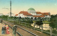 Historische Aufnahmen der Universität Hamburg im Stadtteil Rotherbaum. Blick vom Bahnsteig des Dammtorbahnhofs zum Vorlesungsgebäude - lks. im Hintergrund das Logenhaus an der Moorweidenstraße.