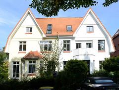 Marienthal ist ein Hamburger Stadtteil im Bezirk Hamburg Wandsbek. Vormals symmetrische Doppelhausvilla mit Spitzgiebel in der Wandsbeker Octaviusstraße.