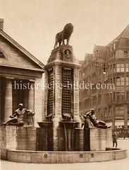 Historische Bilder aus der Hansestadt Hamburg - Fotos aus der Altstadt. Blick auf den Mönckebergbrunnen an der Mönckebergstraße / Spitalerstraße; die Brunnenanlage wurde 1914 von Oberbaudirektor Fritz Schumacher entworfen und 1926 fertiggestellt -