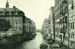 Historische Bilder aus der Hamburger Neustadt - Blick in das Herrengrabenfleet; Schuten und Barkassen liegen den Fleetmauern; lks. der Turm vom Alten Waisenhaus.