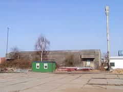 Bilder aus dem Hamburger Stadtteil Wilhelmsburg, beim Reiherstieg.  Alter Bunker und Betonsäule einer Hochleistungssirene - Relikt aus dem Kalten Krieg; die Sirenen wurden ab 1960 aufgestellt, um die Bevölkerung im Kriegsfall zu warnen.  (2002)