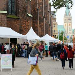 Hamburger Klimawoche - Klimaschutz im Herzen der Stadt, Rathausmarkt und Petrikirche. Infostände rund um die Petrikirche - im Hintergrund das Rathaus.