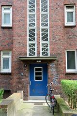 Fotos aus dem Hamburger Stadtteil Dulsberg - Bezirk Hamburg Nord. Eingangstür mit Treppenhausfenstern in der Schwansenstraße.