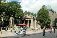 Stadtteilbilder aus der Hamburger Alstadt - Bezirk Hamburg Mitte. Mönckebergbrunnen und ehem. Volkslesehalle an der Mönckebergstraße / Spitalerstraße - die Anlage wurde 1914 von Fritz Schumacher entworfen, die Bücherhalle bis 1971 als Hamburger Zentr