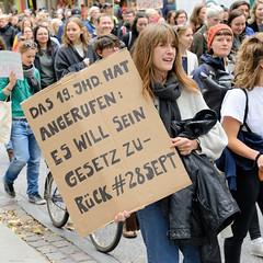 Demonstration Bündnis für sexuelle Selbstbestimmung Hamburg - Bundesweiter Aktionstag, Schwangerschaftsabbruch raus aus dem Strafgesetzbuch! Selbstgeschriebenes Pappschild mit der Auschrift: Das 19. Jhd.  hat  angerufen: es will sein Gesetz zurück #2