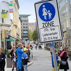 Altstadt für Alle - autofreie Zone im Hamburger Rathausviertel. Hinweisschild Fussgängerzone, Fahrrad frei - Lieferverkehr von 23.00 - 11.00 frei