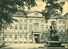 Historische Aufnahmen von der Straße Neuer Wall im Hamburger Stadteil Neustadt. Blick vom Bürgermeister Petersen Denkmal über die Straße zum Stadthaus.