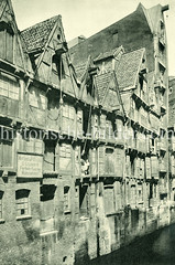 Altes Bild von Hamburger Speichergebäuden am Katharinenfleet in der Neustadt.  Winden / Lastenaufzüge sind unter den Hausgiebeln angebracht - Werbeschild für Farben, Lacke, Malerartikel.