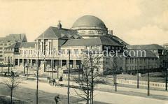 Historische Aufnahmen der Universität Hamburg im Stadtteil Rotherbaum. Blick über die Edmund Siemers Allee zum Vorlesungsgebäude - im Vordergrund ein Radfahrer, auf der Straße ein Pferdefuhrwerk.