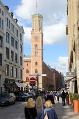 Fotos aus der Hamburger  Innenstadt. Blick von der Schleusenbrücke in die Poststraße zum  Uhrenturm der Alten Post; auf dem Turm befand sich ein optischer Telegraf befand, der für eine Nachrichtenverbindung bis zur Elbmündung sorgte. Die Alte Post wu