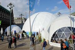 Hamburger Klimawoche - Klimaschutz im Herzen der Stadt, Rathausmarkt und Petrikirche. Veranstaltungszelte / Informationszelte - weisse Kuppelzelte auf dem Rathausmarkt.
