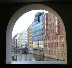 Fotos Hamburger Neustadt  - Hamburgs Innenstadt. Blick durch eines der Fenster vom Stadthaus auf das Bleichenfleet und die Geschäftshäuser der Rückseite vom Neuen Wall.