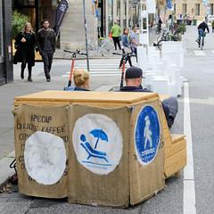 Altstadt für Alle - autofreie Zone im Hamburger Rathausviertel. Sitzbank aus Holz auf der Straße.