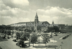 Historische Darstellungen vom Hamburger Hauptbahnhof im Stadtteil Sankt Georg; Blick über die Kirchenallee zum Bahnhofsgebäude, im Vordergrund ein Lastwagen mit Hebebühne auf dem Arbeiter an Leitungen arbeiten.