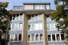 Fotos aus dem Hamburger Stadtteil Dulsberg - Bezirk Hamburg Nord. Wohnhaus / Geschäftshaus mit abgewinkelter Hausfassade - Architektur der 1960er Jahre in der Dithmarscher Straße.