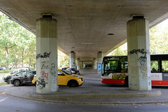 Marienthal ist ein Hamburger Stadtteil im Bezirk Hamburg Wandsbek. Straßenverkehr und Parkplätze unter der Robert Schumann Brücke / Ring 2 in Hamburg Wandsbek.