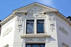 Fotos aus der Hamburger Einkaufsstraße Neuer Wall im Stadtteil Neustadt - Hamburgs Innenstadt. Jugendstildekor an der Fassade eines Eckgebäudes beim Neuen Wall, erbaut 1903.