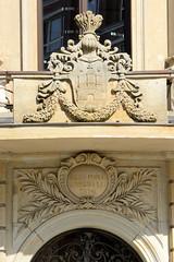 Fotos aus der Hamburger Einkaufsstraße Neuer Wall im Stadtteil Neustadt - Hamburgs Innenstadt. Hamburg Wappen und Latainische Inschrift Salus Populi Supremal Lex Esto über dem Eingang am Hamburger Stadthaus; das Gebäude entstand 1814 als Sitz der Sta