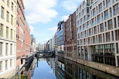 Fotos Hamburger Neustadt  - Hamburgs Innenstadt. Blick vom Stadthaus in das Bleichenfleet - re. die Rückseiten der Kontorhäuser / Geschäftshäuser vom Neuen Wall.