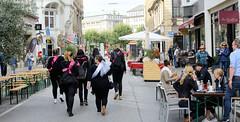 Altstadt für Alle - autofreie Zone im Hamburger Rathausviertel. Restaurants haben Tische auf die Straße gestellt, Holzbänke sind aufgestellt.