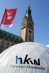 Hamburger Klimawoche - Klimaschutz im Herzen der Stadt, Rathausmarkt und Petrikirche.  Veranstaltungszelte / Informationszelte - weisse Kuppelzelte auf dem Rathausmarkt, im Hintergrund das Hamburger Rathaus.