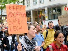 Demonstration Bündnis für sexuelle Selbstbestimmung Hamburg - Bundesweiter Aktionstag, Schwangerschaftsabbruch raus aus dem Strafgesetzbuch! Selbstgemaltes Pappschild mit der Aufschrift: KEEP ABORTION SAFE & LEGAL.