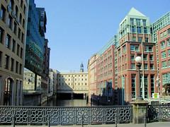 Fotos aus der Hamburger   Neustadt - Hamburgs Innenstadt. Blick über das Bleichenfleet zum Stadthaus an der Stadthausbrücke, Kuppel von der St. Michaeliskirche (2005)