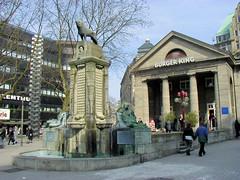 Historische Bilder aus der Hansestadt Hamburg - Fotos aus der Altstadt. Mönckebergbrunnen und ehem. Volkslesehalle an der Mönckebergstraße / Spitalerstraße - die Anlage wurde 1914 von Fritz Schumacher entworfen, die Bücherhalle bis 1971 als Hamburge