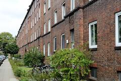 Fotos aus dem Hamburger Stadtteil Dulsberg - Bezirk Hamburg Nord. Häuserfront mit kleinem Vorgarten in der Metzer Straße.