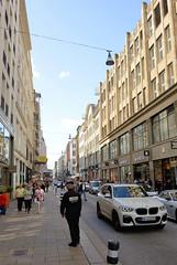 Fotos aus der Hamburger Einkaufsstraße Neuer Wall im Stadtteil Neustadt - Hamburgs Innenstadt. Blick vom Jungfernstieg in den Neuen Wall - seit 2005 ist der Neue Wall ein Business Improvement District (BID) - Grundeigentümer des Quartiers gestalten d