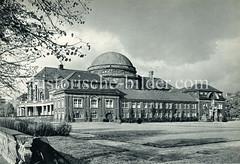 Historische Aufnahmen der Universität Hamburg im Stadtteil Rotherbaum. Seitenansicht vom Vorlesungsgebäude - re. das Wissmanndenkmal.