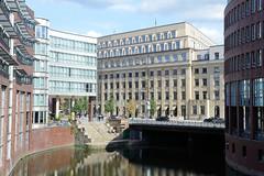 Fotos aus der Hamburger   Neustadt - Hamburgs Innenstadt. Blick über das Herrengrabenfleet zur Stadthausbrücke.