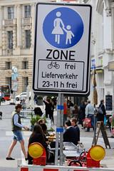 Altstadt für Alle - autofreie Zone im Hamburger Rathausviertel.  Hinweisschild Fussgängerzone, Fahrrad frei - Lieferverkehr von 23.00 - 11.00 frei.