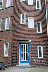Fotos aus dem Hamburger Stadtteil Dulsberg - Bezirk Hamburg Nord. Eckgebäude mit rundem Treppenhaus an der Angelnstraße / Probsteier Straße.