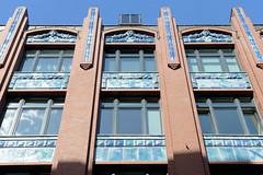 Fotos aus der Hamburger Einkaufsstraße Neuer Wall im Stadtteil Neustadt - Hamburgs Innenstadt. Historisches Kontorhaus mit Keramikfassade / Jugendstil - Pincon- Haus - errichet 1904, Architekten Frejtag & Wurzbach.