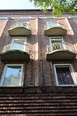Bilder aus dem Hamburger Stadtteil Dulsberg - Bezirk Hamburg Nord. Backsteinfassade eines mehrstöckigen Wohnhauses - abgerundete eiserne Balkongitter.