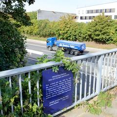 Marienthal ist ein Hamburger Stadtteil im Bezirk Hamburg Wandsbek. Autobahnbrücke über die A 24 - Hinweisschild auf das ehemalige Predigerseminar der deutschen Baptisten, das bis zum Autobahnbau dort stand.