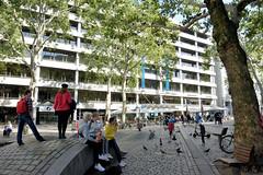 Stadtteilbilder aus der Hamburger Alstadt - Bezirk Hamburg Mitte. Aussengastronomie auf dem Gerhart Hauptmann Platz - Tische unter Sonnenschirmen.