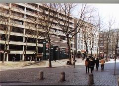 Stadtteilbilder aus der Hamburger Alstadt - Bezirk Hamburg Mitte. Ältere Fotografie (2001) vom Gerhart Hauptmann Platz - im Hintergrund die Mönckebergstraße.