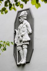 Fotos aus dem Hamburger Stadtteil Dulsberg - Bezirk Hamburg Nord. Relief eines Jägers / Försters an der Hausfassade eines Wohnhauses.